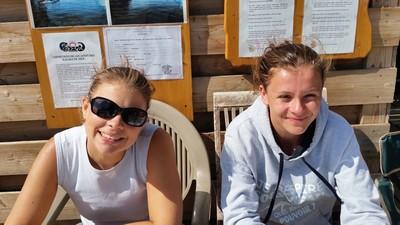 Camille et Sarah gèrent les inscriptions du baptême